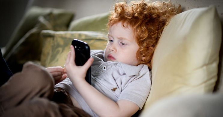 kid-with-phone